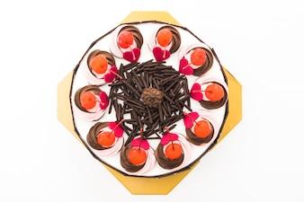 トップにチェリーを入れたチョコレートケーキ