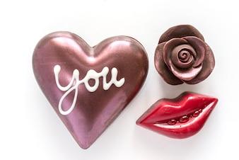 チョコレートのハートとチョコレートが赤い口で盛り上がり