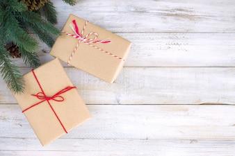 Рождественские фон - Рождественский подарок коробки подарков и деревенском украшение на фоне старинных деревянных со снежинкой. Творческая плоская компоновка и композиция верхнего вида с дизайном рамки и копии.