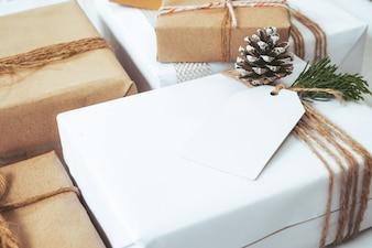 クリスマスの背景 - クラフトやハンドメイドのクリスマスプレゼント(ギフトボックス)タグ付き。ビンテージ・スタイル。選択的なフォーカスと浅い。