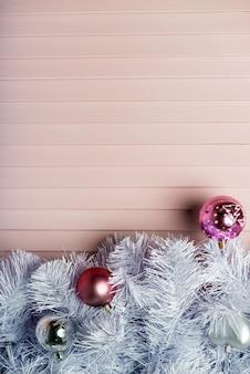 クリスマスの背景には、クリスマスツリー、赤の装飾品と赤いキャンバスの背景に光るボケの光。メリークリスマスカード。冬休暇のテーマ。明けましておめでとうございます。