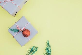 クリスマスの組成。フラットレイ、トップビュー。クリスマスプレゼント。
