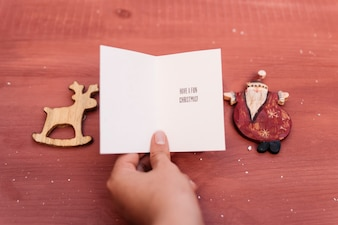 クリスマスカードを持った手での組成