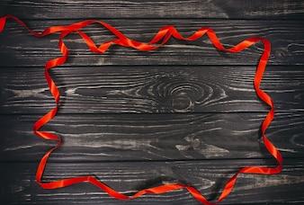 クリスマスのコンセプト。木製の背景に赤いストライプ