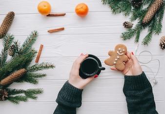 クリスマスのコンセプト、コーヒーカップを持っている女性