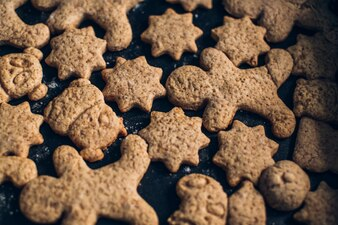 木製の背景にクリスマスのクッキー