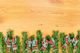 木製の背景にクリスマスの装飾。あなたのテキストのためのスペースとトップビュー。