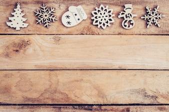コピースペースとテーブルに木製の雪片とクリスマスの装飾