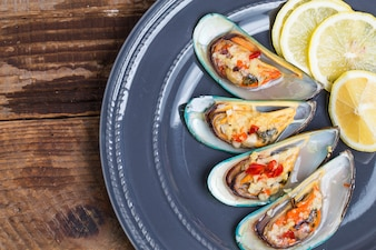 Clams on a plate cooked with lemon