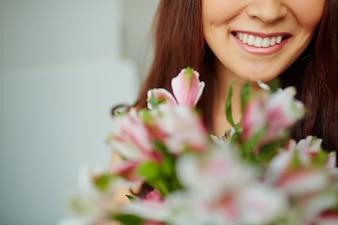 ぼやけ花束と大きな笑顔のクローズアップ