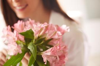 明け方に花束のクローズアップ