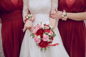 彼女はかなり花束を保持している花嫁のクローズアップ