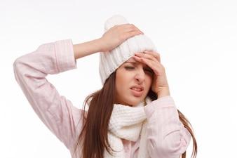 頭痛とパジャマの女の子のクローズアップ