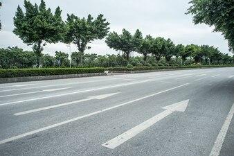 白い矢印で高速道路のクローズアップ