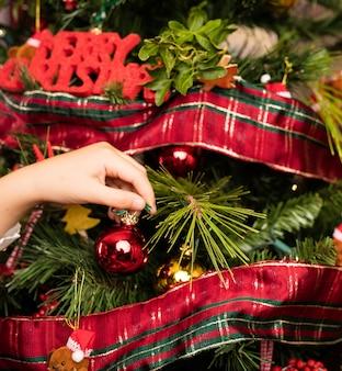 クリスマスにツリーを飾る子供のクローズアップ