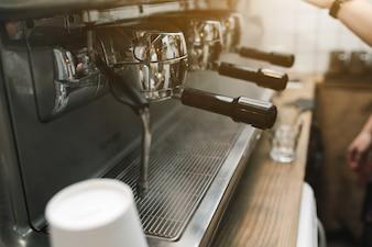 大規模なコーヒーマシンのクローズアップ