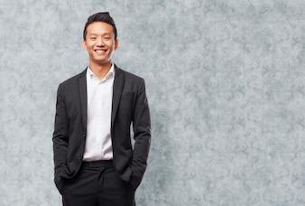 スーツと白いシャツを着て、若いビジネスマンのクローズアップ
