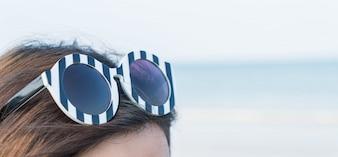 頭の上に太陽の眼鏡を閉じます