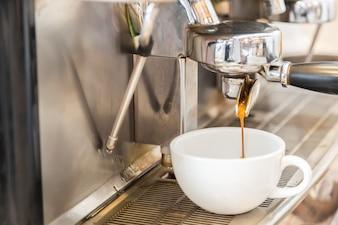 おいしいコーヒーを準備コーヒーマシン