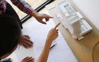 同僚のインテリアデザイナー企業業績計画青写真のデザインチームワークコンセプトのコンセプト。