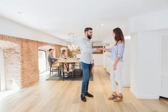 近代的なオフィスで手を振る同僚