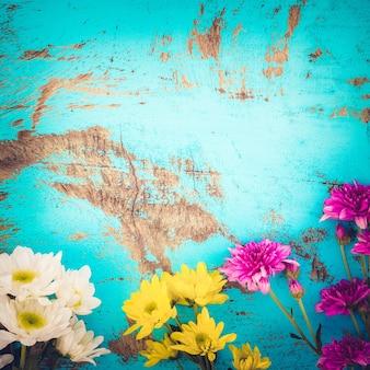 ヴィンテージ木製の背景、ボーダーデザインにカラフルな花束。ヴィンテージ色調 - 春や夏の背景のコンセプトフラワー