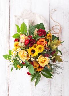 花瓶で色とりどりの花