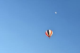 日没時に飛ぶカラフルな熱気球。空と自然のカラフルな背景。