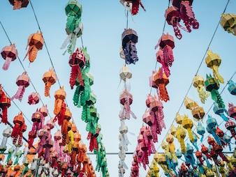 ロイ・クラトン・ワット・プラ・ザ・ハリプンチャイ・ランプーン・タイのカラフルなランプとランタン