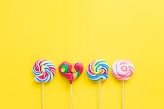 Colouful lollipops、黄色の背景