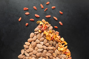 Composition made with nuts and fruit