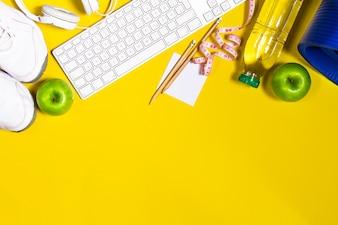 果物とコンピュータのキーボードと水のボトル