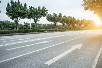 日の出矢印の付いたコンクリート道路