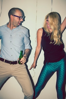 Прохладные друзья, танцующие на вечеринке