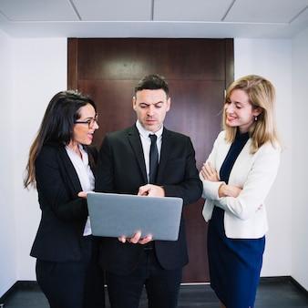 ラップトップを見る企業のビジネスの人々