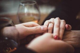 Пара, держась за руки