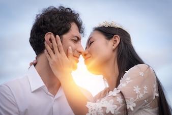 愛のカップルが日光にキス