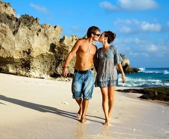 ビーチでキスしているカップル