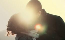 Couple Shiny Kiss