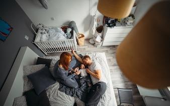 ベッドで子供と恋人