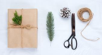 白い背景にクリスマスの工芸品や手作りのギフトボックス。クリエイティブなフラットなレイアウトと、境界線とコピースペースのデザインによるトップビューの構図。
