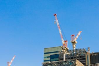 クレーンや建物の建設現場