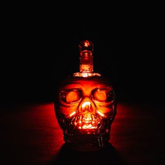 暗闇の中で不気味なクリスタルボトル