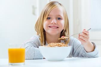 かわいい空腹の美しい家庭の健康