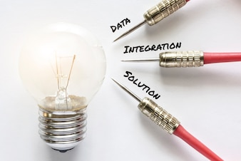 データ統合ソリューションダーツはアイデア電球のランプターゲットに実行