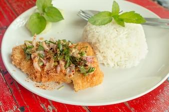 ディープフライド・ドリー・フィッシュ・ステーキソース添えバジル・サラダ・ハーブ・ホット・スパイシーなおいしいタイ料理のスタイル