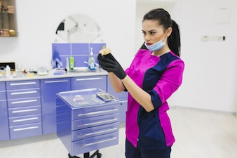 クリニックで歯科機器を使用して歯科医