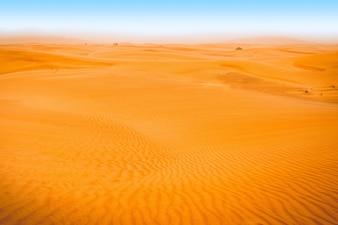 青空の砂漠の風景。砂丘の背景