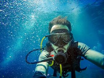 Дайвинг. Автопортрет дайвера в море.