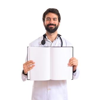 医者は白い背景の上に本を読んで